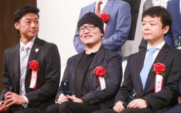 授賞式に出席した青山剛昌(中央)、プロデューサーの米倉功人(左)、近藤秀峰(右)