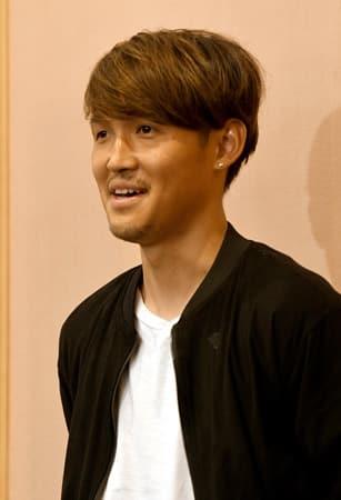 W杯サッカーの日本代表に選ばれ、笑顔を見せる宇佐美(31日午後4時50分、東京都内)