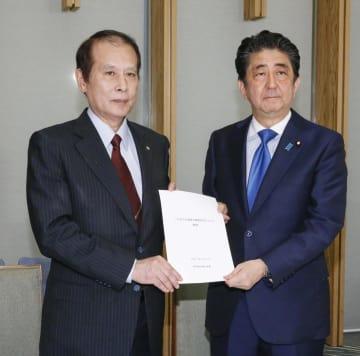 安倍首相(右)に報告書を手渡す教育再生実行会議の鎌田薫座長=31日午後、首相官邸