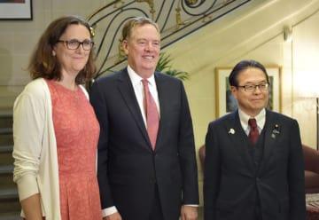 日米欧貿易相会合に臨む(左から)EUのマルムストローム欧州委員、米通商代表部のライトハイザー代表、世耕経産相=31日、パリ(共同)