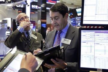 ニューヨーク証券取引所のトレーダーたち=5月31日(AP=共同)