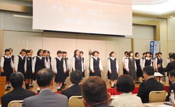 県内8校による合唱団がイメージソング「Fly」を初披露した=佐賀市のグランデはがくれ