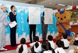 今年の絵柄が紹介された「かもめーる」の販売開始イベント=1日午前、神戸市中央区栄町通6、神戸中央郵便局