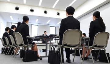 解禁された採用面接に臨む就活生たち(1日午前10時、京都市南区・中信十条ビル)