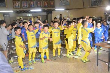 柴崎岳選手(野辺地町出身)がサッカーW杯の日本代表に選ばれ、喜ぶ野辺地サッカークラブスポーツ少年団の子どもたち=31日、野辺地町中央公民館