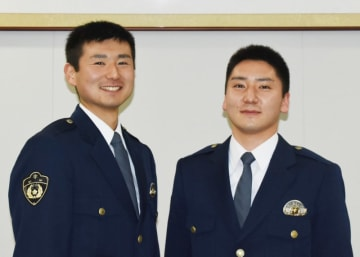 県警察学校に同期入校し、兄弟で切磋琢磨する城沢友暉巡査(左)と弟の才揮巡査
