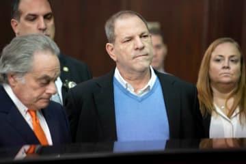 5月30日、米大陪審は、ハリウッド映画界の元大物プロデューサーで同25日に逮捕・訴追されたハーヴェイ・ワインスタイン容疑者(66、写真中央)を、女性2人に対するレイプと性犯罪行為で起訴した。写真は25日の代表撮影 - (2018年 ロイター/Steven Hirsch)