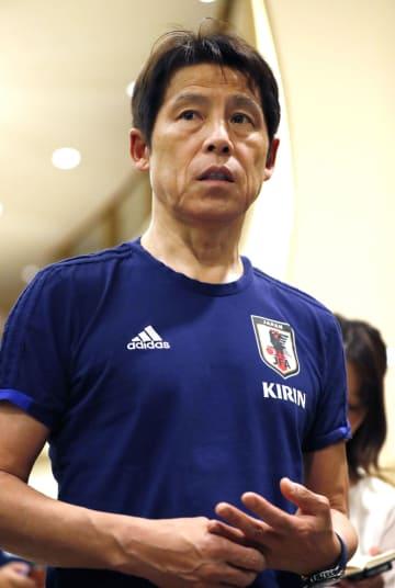 千葉県内のホテルで取材に応じるサッカー日本代表の西野監督=1日夜