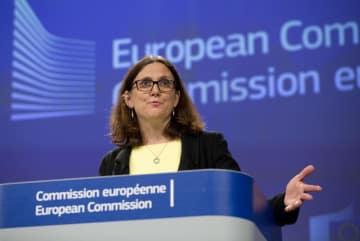 ブリュッセルで記者会見するマルムストローム欧州委員=1日(AP=共同)