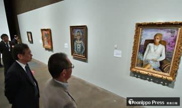 ボナールの「白いコルサージュの少女」(右手前)など、数々の名画に見入る関係者=17日午後、青森市の県立美術館
