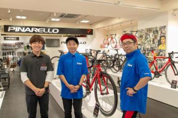 Y'sRoadの平山冬芽さん(左)、伊藤健太郎さん(右)、野島裕史(中央)
