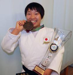 ポーランドカデ国際大会で初優勝した夙川学院高校の桑形萌花さん=兵庫区内の自宅で