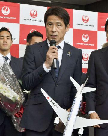 出発セレモニーであいさつするサッカー日本代表の西野朗監督=2日午前、成田空港