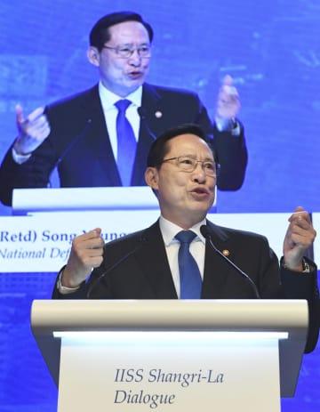 アジア安全保障会議で演説する韓国の宋永武国防相=2日、シンガポール(共同)