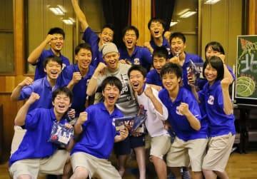 5月26日夜、チームの県高総体壮行会に参加した小川選手(2列目左から3人目)。同級生と一緒に笑顔で健闘を誓う=西彼長与町、下高田自主防災センター