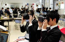 合同説明会ではVR機器で自社をPRする中小企業も=神戸市中央区浜辺通5