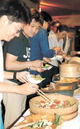 テスト営業で農家手作りの里山料理を楽しむ招待客=大崎市鳴子温泉の旅館大沼