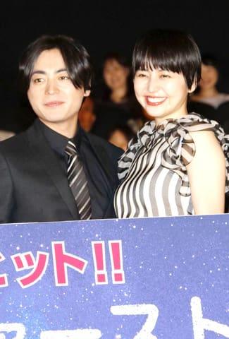 映画「50回目のファーストキス」の公開記念舞台あいさつに登場した長澤まさみさん(右)と山田孝之さん