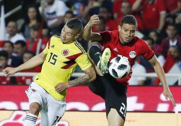 エジプトとの国際親善試合で競り合うコロンビアのウリベ(左)=ベルガモ(AP=共同)