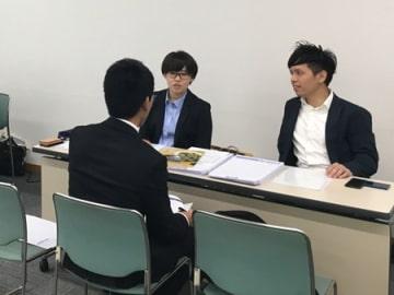 合同説明会に訪れた学生に仕事の内容や職場環境を説明する地元中小企業の採用担当者ら(京都市南区・京都テルサ)