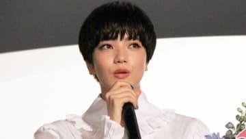 映画「恋は雨上がりのように」の初日舞台あいさつに登場した小松菜奈さん