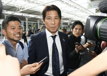 ドイツ・ミュンヘンの空港に到着し、報道陣に囲まれるサッカー日本代表の西野監督=2日(共同)