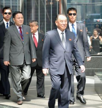 2日、米ニューヨークのホテルから帰国の途に就く北朝鮮の金英哲朝鮮労働党副委員長(手前)(共同)
