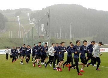 合宿地のオーストリア、インスブルック郊外のゼーフェルトに到着し、調整するサッカー日本代表の選手ら。左後方はスキーのジャンプ台=2日(共同)