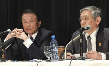 G7財務相・中央銀行総裁会議の閉幕後、記者会見する麻生財務相(左)と日銀の黒田総裁=2日、カナダ・ウィスラー(共同)