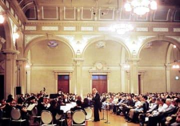 「中之島をウィーンに!」と題し、大阪市中央公会堂で演奏するテレマン室内オーケストラ
