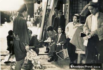 代表作となる「幕末太陽傳」を撮影中の川島雄三(中央)=川島晋一さん提供