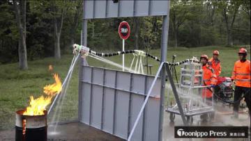 消火ロボットプロトタイプの実験。コンピューター制御の水噴射で安定したまま火元へ向かい消火する(4月27日、東北大青葉山キャンパス。研究チーム提供)