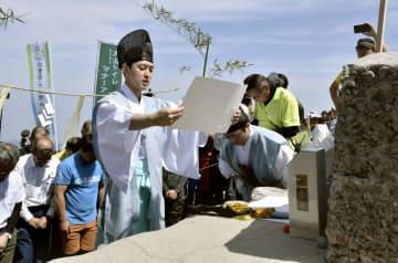 大山の夏山開き祭で登山の安全を祈願する大神山神社の神職=3日、鳥取県大山町