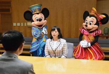ミッキーマウス、ミニーマウスと一緒に佐竹知事(左)と面会する福本さん