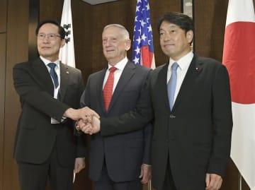会談前に握手する(左から)韓国の宋永武国防相、マティス米国防長官、小野寺防衛相=3日、シンガポール(共同)