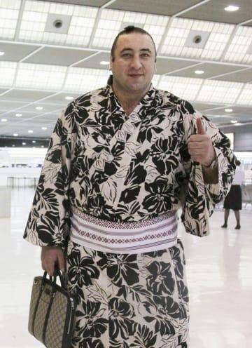 母国ジョージアへ出発する前にポーズをとる栃ノ心=3日、成田空港