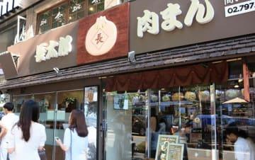 梨泰院のメインストリート沿いに出店(NNA撮影)