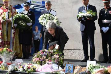 ロンドン橋周辺でのテロから1年の追悼式典で、花をささげるメイ首相=3日、ロンドン(ゲッティ=共同)