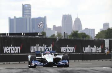 自動車のインディカー・シリーズ第8戦、コーナーを回るホンダの佐藤琢磨=3日、デトロイト(AP=共同)
