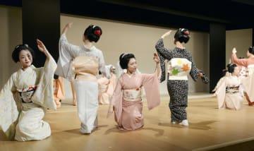 合同公演「都の賑い」のけいこ=4日午前、京都市の宮川町歌舞練場