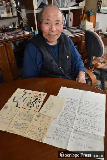 寺山から届いた手紙やはがき計6通を大切に保管している橘川さん