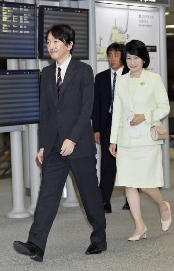 米ハワイに向け出発される秋篠宮ご夫妻=4日夜、成田空港(代表撮影)