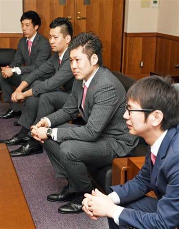 秋田魁新報社を訪れて今季を振り返るハピネッツの(右から)水野社長と田口、谷口、小野寺