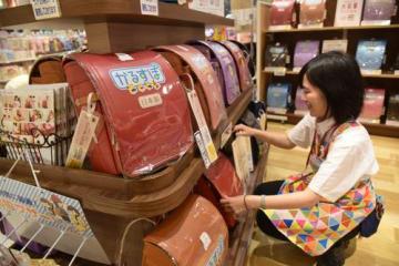 多様化が進むランドセル。店舗を訪れて子どもの成長に合ったものを選びたい=徳島市のイオンモール徳島