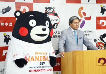くまモンが全国のスポーツ大会会場などを訪問することを発表する熊本県の蒲島郁夫知事=5日午前、熊本県庁