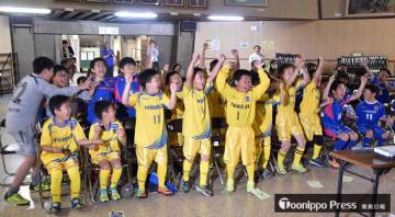 柴崎選手のW杯代表選出が発表された瞬間、喜びを爆発させる野辺地サッカークラブの児童ら=31日午後4時18分、野辺地町中央公民館