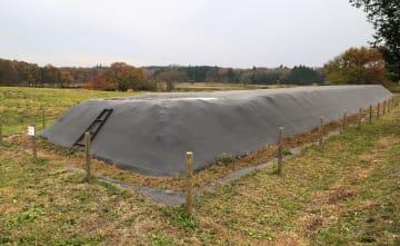 栃木県那須町で、黒いシートをかぶせて保管されている指定廃棄物=2017年11月