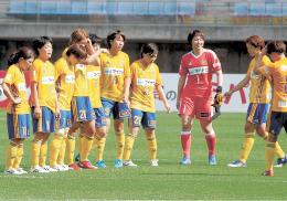 最下位の日体大フィールズ横浜に引き分け、試合後に悔しそうな表情で整列する仙台イレブン