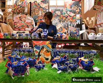 津軽藩ねぷた村がサッカーW杯日本代表チームの応援に向け製作した金魚ねぷたと津軽凧