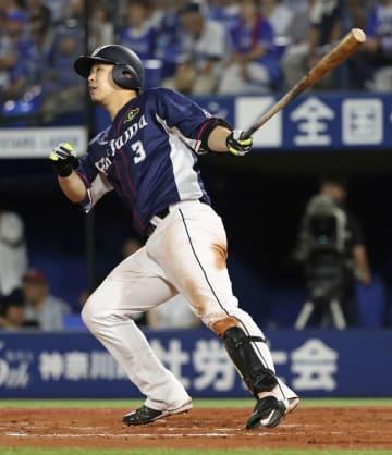 7回西武1死一塁、浅村が左中間に2ランを放つ=横浜